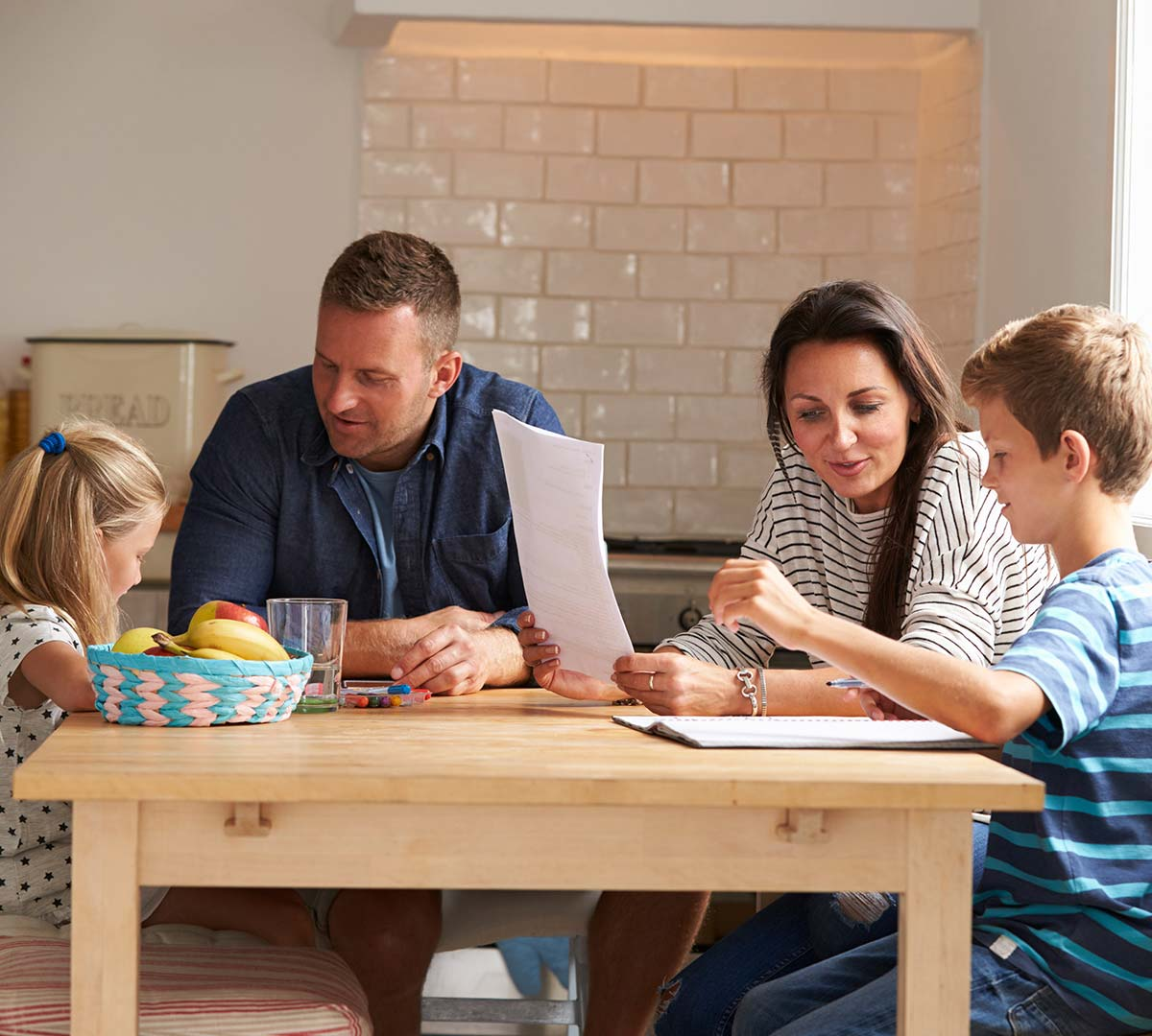 Familie lernt am Tisch