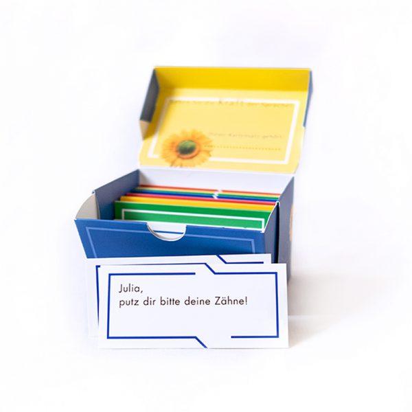 Sprachkarten Box blau mit Beispiel Julia, putz dir bitte deine Zähne!